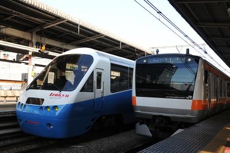14:28 中央線のE233系トタT16編成と並んだ「アルファ・リゾート21」