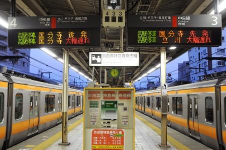 17:16 下り線ホームには発車を待つ列車が停まっていた
