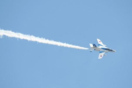 青空に白い機体が映える