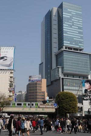 渋谷ヒカリエとE235系