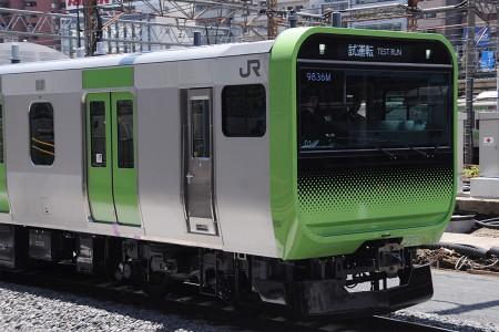 12:10 品川8番線へ進入する試9836M E235系トウ01編成