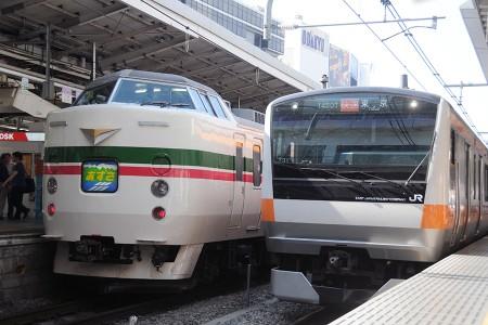 14:44 @ 新宿 (左) 9085M 特急「あずさ85号」 189系トタM52編成 (右) 1450T E233系トタT31編成