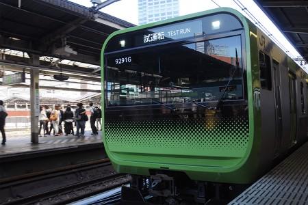無理矢理新宿の駅名票とE235系