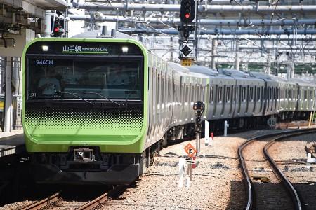 13:35 東京車両センターから出区するE235系トウ01編成