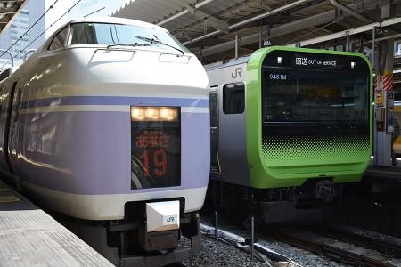 13:56 @ 新宿 (左) 19M 特急「スーパーあずさ22号」 E351系モトS4 + S24編成 (右) 回9481M E235系トウ01編成