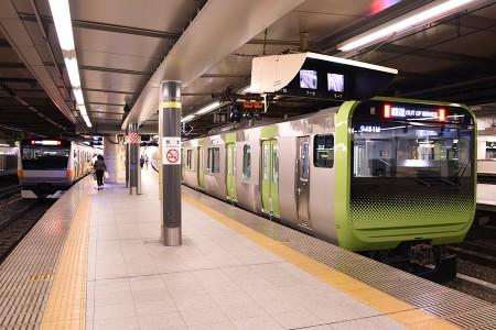 14:09 @ 新宿 (左) 1323H E233系トタH47編成 (右) 回9481M E235系トウ01編成