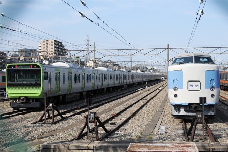 (左) E235系トウ01編成 (右) 189系トタM50編成