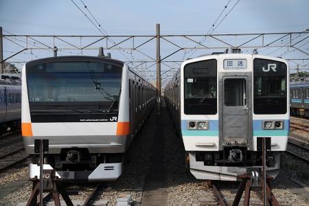 (左) E233系トタT38編成 (右) 211系ナノN611編成