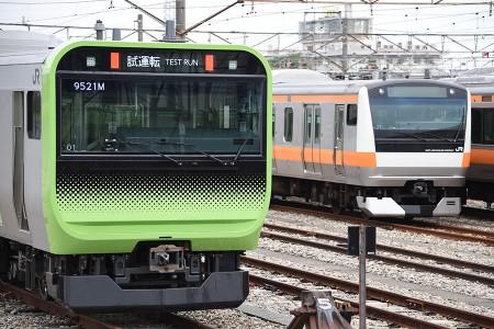 (左) E235系トウ01編成 (右) E233系トタT7編成