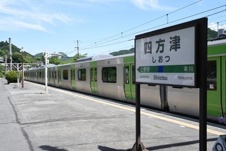 四方津駅に停車中のE235系トウ01編成