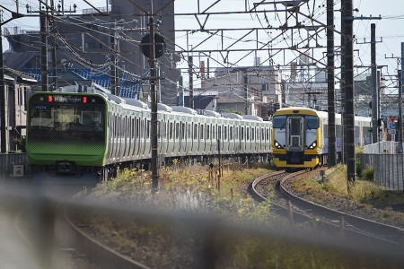 16:17 @ 日野〜豊田 (左) 回9521M E235系トウ01編成 (右) 9462M E257系500番台マリNB-09編成