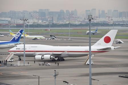 17:01 JF001便にタラップ車が据え付けられる @ 羽田空港