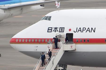 17:03 政府専用機から安倍総理、昭恵夫人が降機