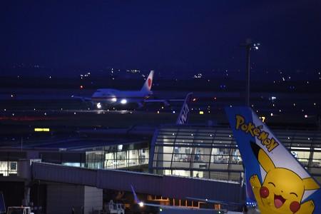 19:18 (奥) RWY34Rを離陸滑走するCYGNS02便 B747-47C 20-1102 (手前) ANA759便 B777-381 JA754A「ピースジェット」 @ 羽田空港