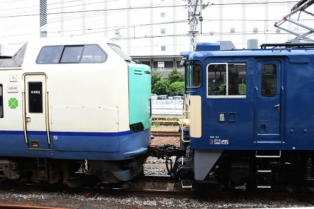 EF64-1031と485系ニイR22編成の連結面