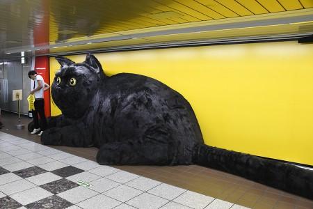 駅の通路に突然現れた巨大クロネコ