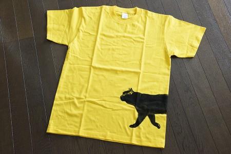 クロネコTシャツを広げる