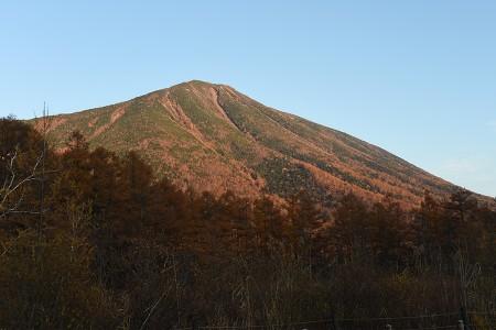夕日を浴びる男体山