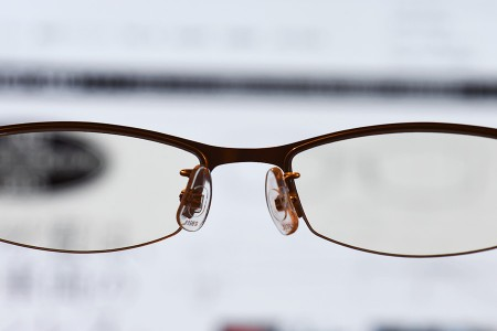 メガネ越しにPCモニタを見る