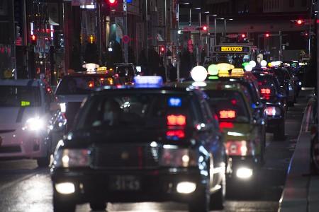 00:18 タクシーの待機列と吉祥寺駅北口行き