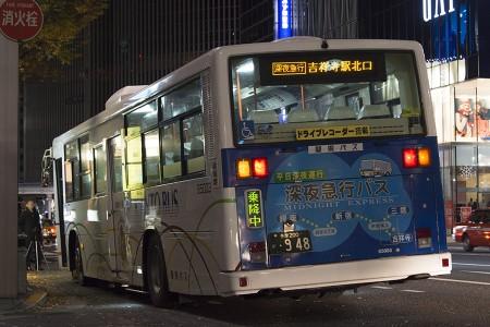 00:22 銀座バス停に停車中の深夜急行吉祥寺駅北口行き