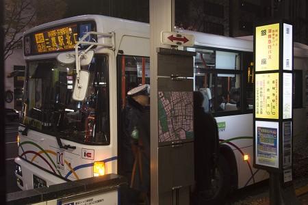 00:53 三鷹駅北口行きは席がほとんど埋まるほど盛況 @ 銀座