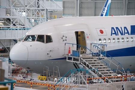 L1ドアを開放して整備中のB767-300ER JA625A