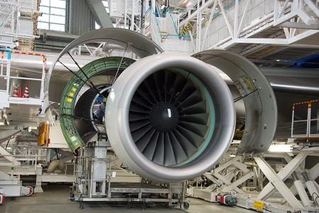 点検のためカバーを開いているB777-200のPW4090エンジン